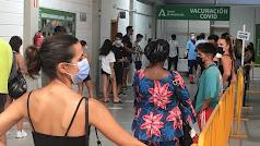 Personas sin cita previa esperando a ser registradas para su vacunación. Foto de Víctor N.