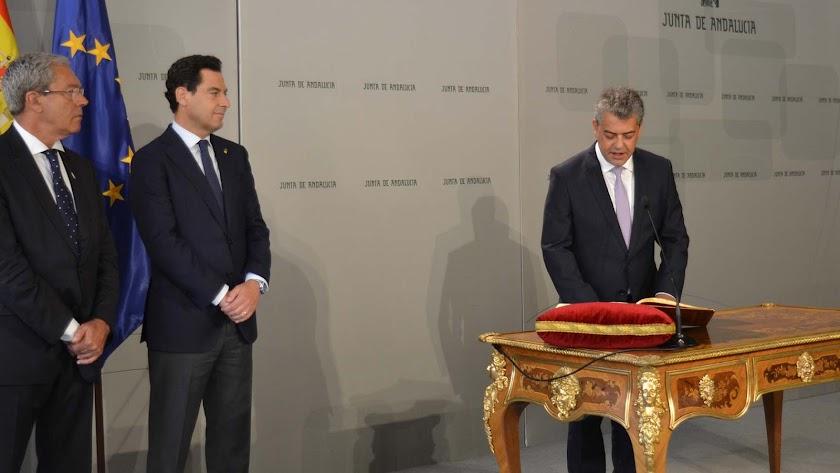 Carmelo Rodríguez tomando posesión de su cargo ante Juan Manuel Moreno, presidente de la Junta de Andalucía.