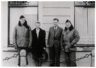 Photo: 1945 Groepsportret van twee militaire bevrijders met twee burgers aan liesbosstraat 12