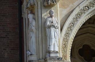 Photo: Statua di San Pietro (a destra) e di San Gerolamo con ai piedi un leone simbolico (a sinistra)
