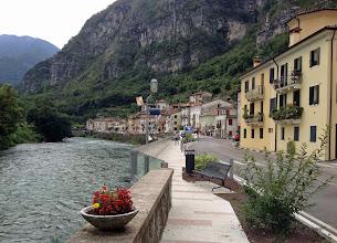 Photo: Links vom Fluss liegt der legendäre Monte Grappa. Dahinter bei Bassano del Grappa durchbricht die Brenta das Gebirge und wird zum Flachland-Gewässer.