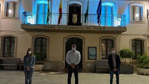 Fotografía de archivo de autoridades frente al ayuntamiento de Tíjola.