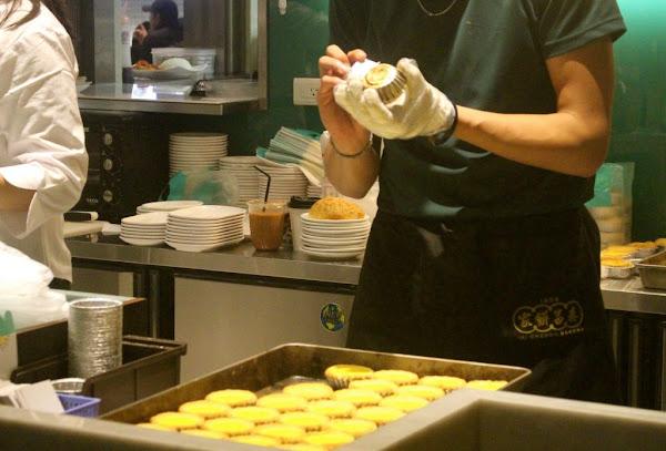 【新北  泰昌餅家】世界最好吃的「皇牌蛋撻」。堅持手工製作2公厘曲奇塔皮鬆化好吃