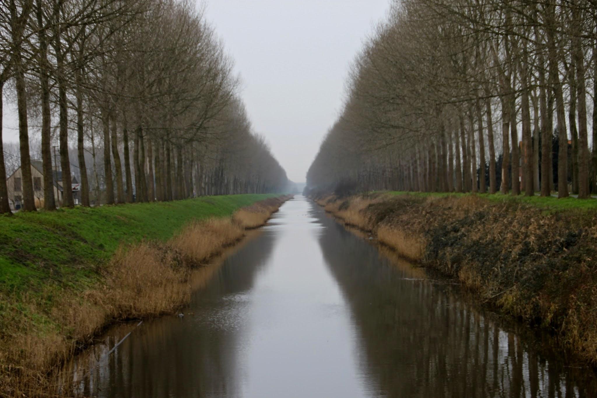 Photo: Het Leopoldkanaal (ook Leopoldvaart) is een kunstmatige waterweg in het noorden van de provincies Oost- en West-Vlaanderen, net tegen de Nederlandse grens en is 46 km lang.