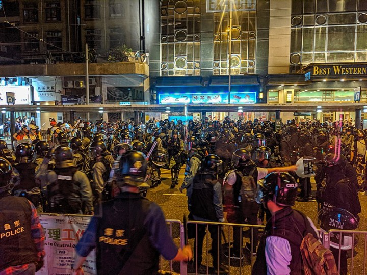 香港警方大概会是粉碎群众运动的主力。他们正在等待运动能量下滑。 //图片来源:Studio Incendo