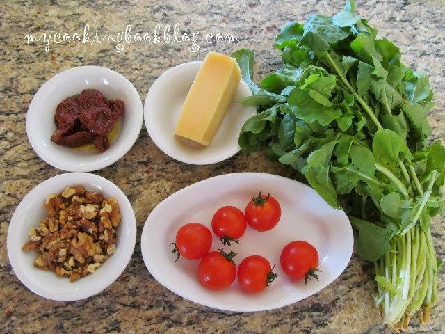 Салата с рукула сушени домати, пармезана и меласа от рожков
