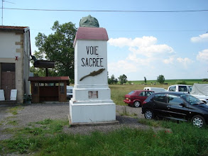 Photo: monument langs de Voie Sacrée
