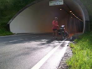 Photo: 10e Dag, zaterdag 25 juli 2009 Bludenz - Imst Dag afstand: 90.5km, Totaal gereden: 979 km . Op weg naar de Arlbergpas. Een van de tunnels in de route.