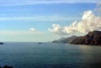 """Photo: sullo sfondo i """"faraglioni"""" di Capri"""