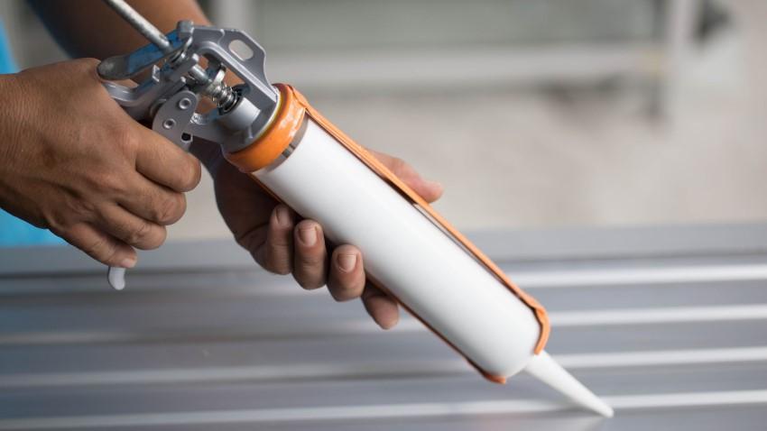 Keo silicon dạng bơm có khả năng chống thấm dột cho mái tôn