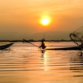 Inle1 by Nguyen Thanh Cong - People Group/Corporate ( water, inle lake, congphotography, myanmar, thanhcong7855@gmail.com, congdolce@gmail.com, nguyen thanh cong, waterscape, sunset, vietnamese, vietnam, landscapes, sun )