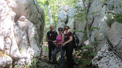 Photo: Veselo društvance u prolazu između stijena