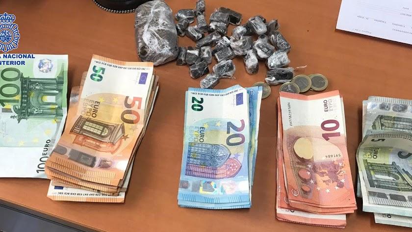 Dinero y hachís localizado en el pub de El Ejido.