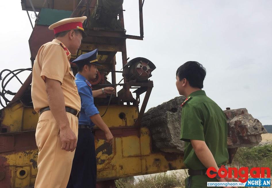 Đoàn liên ngành tiến hành cắt điện, hạ cẩu tại Hợp tác xã Hưng Thủy, khối 13, phường Bến Thủy, TP Vinh để xử lý vi phạm