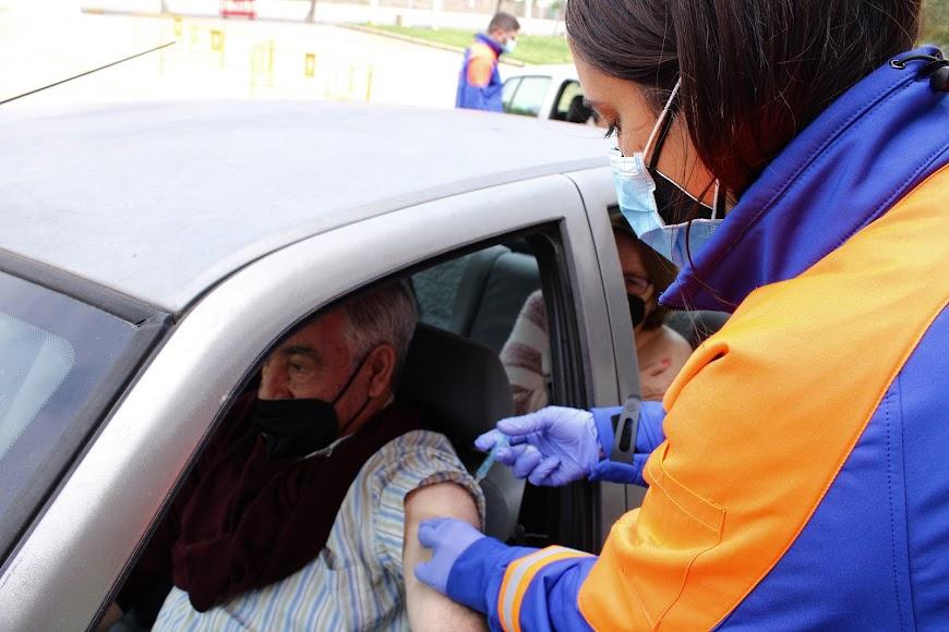 La enfermera inoculando la vacuna.