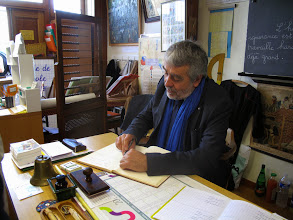 Photo: Monsieur l'Inspecteur signe le livre d'or.