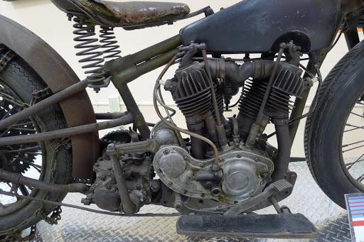 la-jd-semi-culbute-de-tom-sifton-presente-par-machines-et-moteurs-le-specialiste-des-motos-anglaises-classiques
