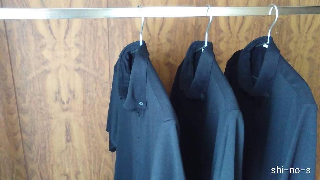 同じ黒いポロシャツが3枚