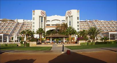 """Photo: Отель """"Шератон"""". Заезд в отель проводится с тылу на уровне 8 этажа. Ресепшен, ресторан и прочее также на 8 этаже."""