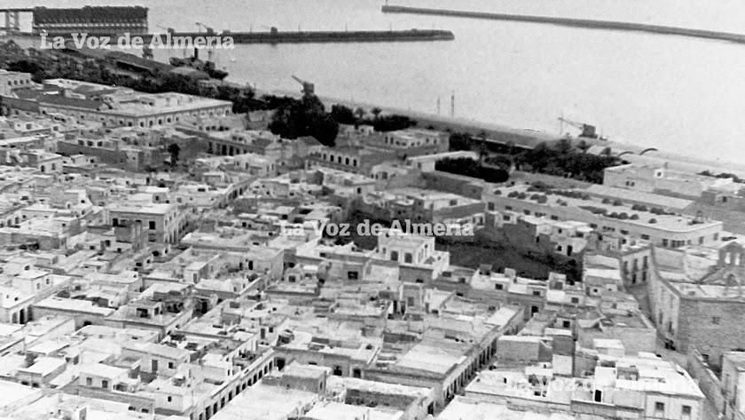Al sur de la Almedina en 1966 se empezó a construir un nuevo barrio que tuvo como eje la calle de Alborán.