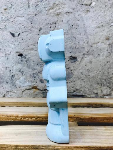 déco original avec ce robot en béton bleu