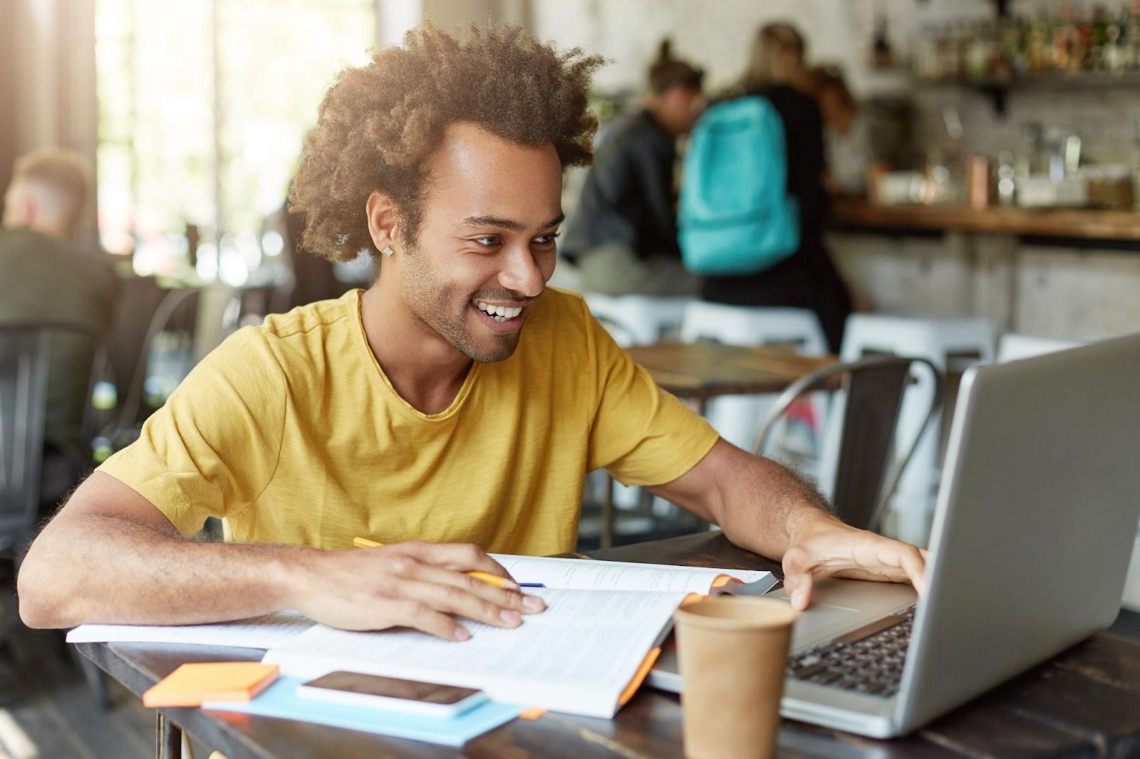 Menino estudando no computador