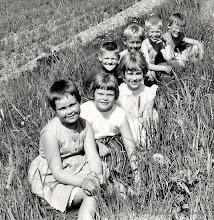 Photo: Skolan 1960 klass 1-2. Vasselhyttans skola 1960 Framifrån, Mariana Karlsson, Kerstin Andersson, Barbro Ohlsson, Lars Johansson, Jonny Hansson, Karl Erik Nilsson, Per Håkan Andersson