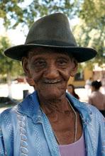 Photo: Filho dos sertões de Conceição da Barra, Mané Vito alonga seus 100 anos ou mais nas festas do Ticumbi e rodas de Jongo. Vila de Itaúnas, janeiro/ 1999