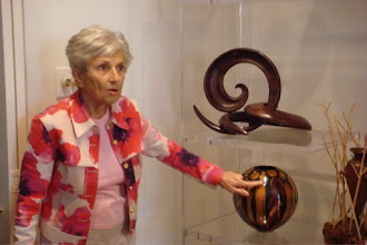 Photo: Jane Mason discussing a creation by Phillip Moulthrop; top piece by Bill Hunter.