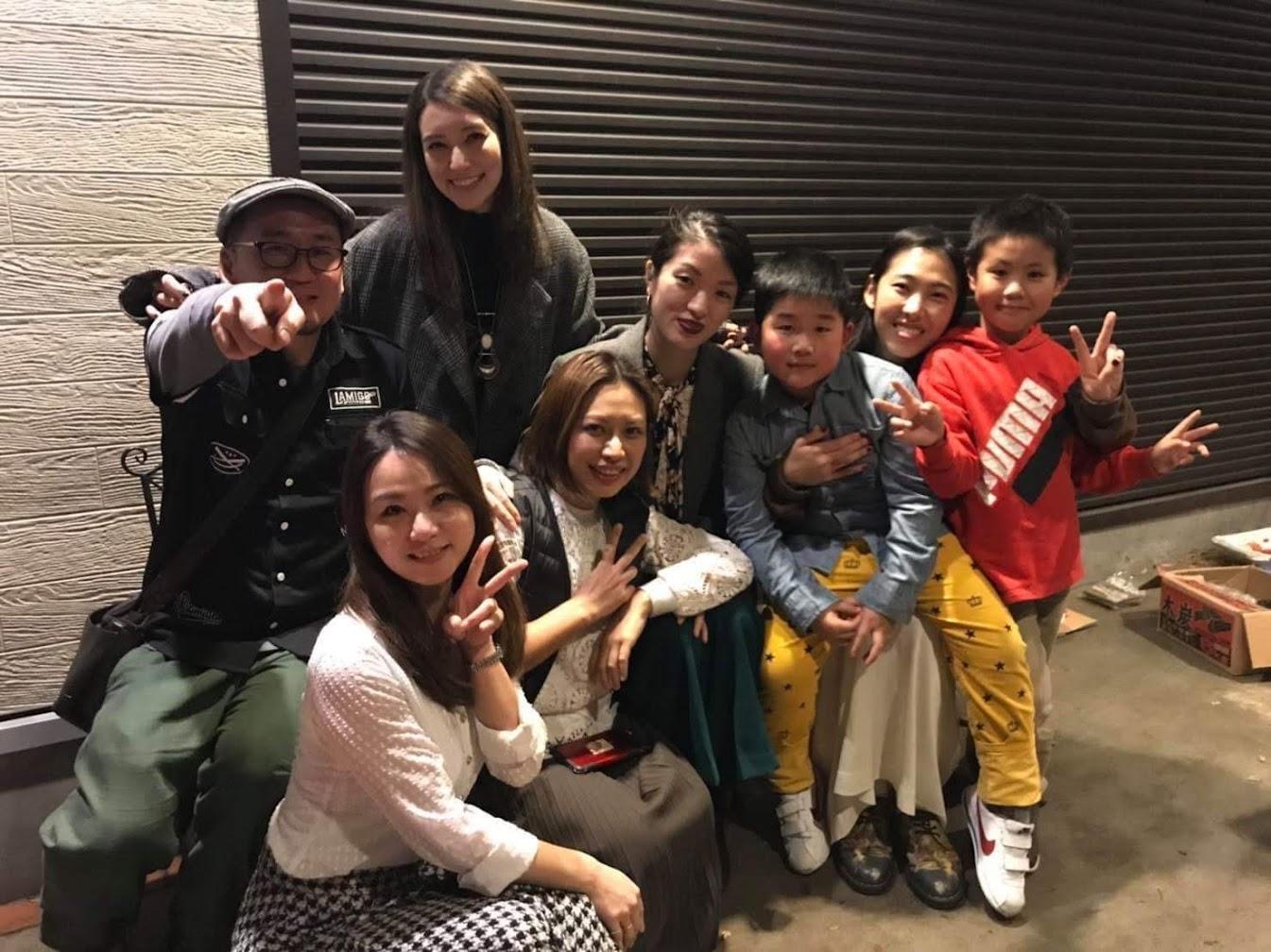 [迷迷音樂] 王若琳 與 梁心頤 結伴旅行 日本咖啡廳合體獻唱〈我只在乎你〉迷倒粉絲