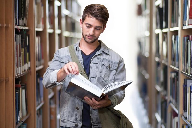 Algumas pessoas preferem estudar em ambientes sileciosos, como as bibliotecas. (Foto: Pixabay)