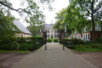 Photo: Het museum ligt aan de groene, oostelijke kant van Rijssen en bevindt zich in het kasteelcomplex van De Oosterhof. De havezate De Oosterhof is op zich al een bezichtiging waard!  Het Rijssens Museum is een stadsmuseum. Rijssen is een kleine, maar eeuwenoude stad met een bijzondere en rijke geschiedenis. De vroegere jute-industrie was enorm belangrijk voor de Rijssense economie en maakt deze stad daarmee uniek in Nederland. Een deel van de tentoonstelling is eraan gewijd.