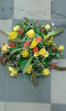 Photo: coussin de deuil fleurs utilisées: roses jaune, chrysanthèmes violets...sétaria (plumeau) feuillage: galax (feuillage)  prix 60 euros