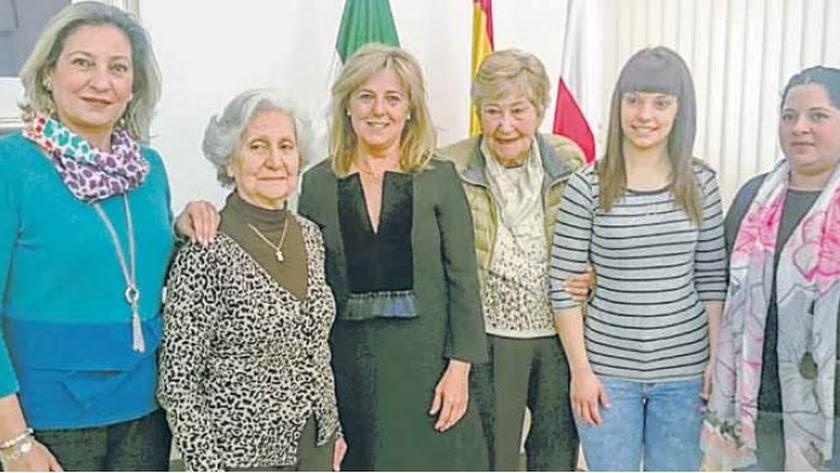 Charín Gurriarán (a la derecha de Pilar Ortega) junto a las galardonadas del Día de la Mujer de 2016