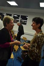 Photo: Ehrenmitglied Ella ( links) im Gespräch mit Lotti Schaffner