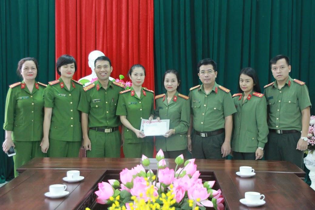 Thăm, tặng quà cho gia đình đồng chí Đại úy Phạm Thanh Huyền cán bộ Trại tạm giam