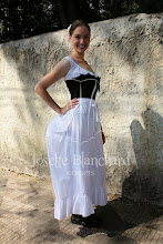 Photo: Chemise, bloomers, corset, bustle e anágua.