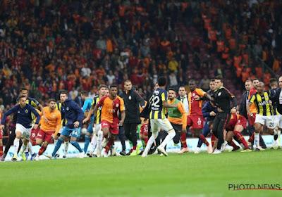 🎥 Défait dans le derby stambouliote, le Président du Fenerbahce rejoint ses supporters pour... se battre avec eux