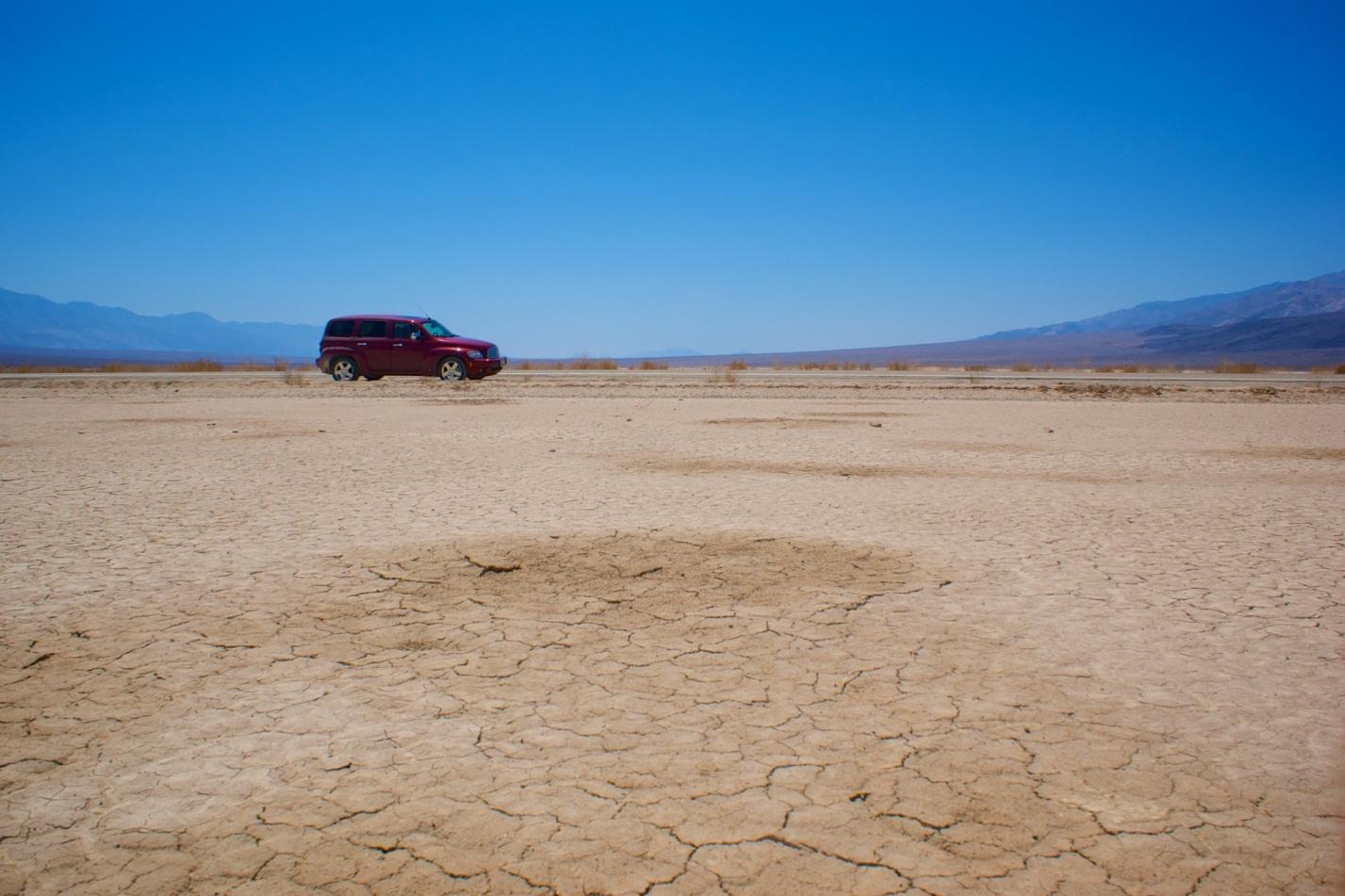 C:\Users\user\Desktop\car-in-mojave-desert.jpg