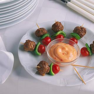 Hackfleisch-Spießchen mit Chili-Dip