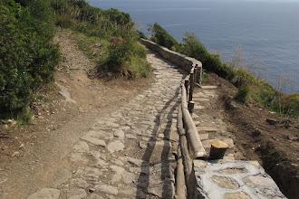 Photo: Bivio per Rezzale (a sx). Sulla destra si vede una parte dell'antico selciato, riportato alla luce da questi lavori. Per questo il muretto è interrotto ed è sostituito da pali di castagno
