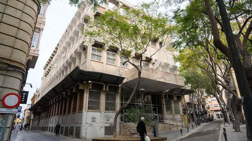 Fachada del edificio de Correos en el centro de la ciudad