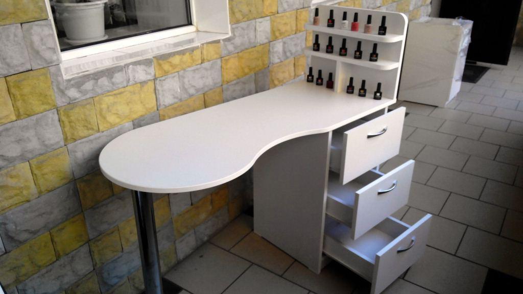 Удобный маникюрный стол с выдвижными ящиками