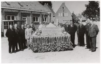 Photo: 1948 Huldeblijk van Princenhaagse Tuinbouwvereniging op het terrein van de Boerenbond, aan koningin Juliana ter ere van haar inhuldiging