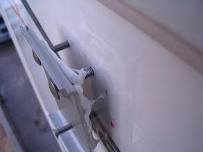 Photo: Antes de fijar la placa le pongo Sika, para evitar que entre agua por el agujero.
