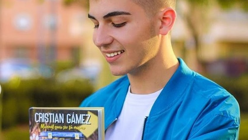 Cristian Gámez junto a su libro en Almería.