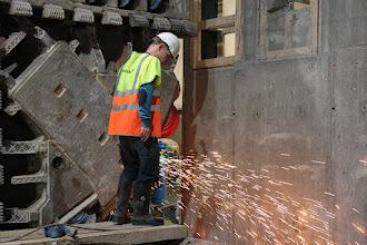 Photo: Arbejdere er i gang med at gøre klar til at montere store donkrafte inde bagved.