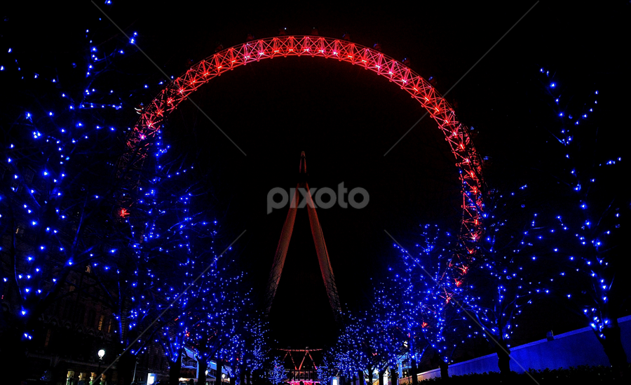 Christmas lights at wheel by Vineet Johri - Public Holidays Christmas ( lights, pwcholidays, wheel, millenium, christmas )