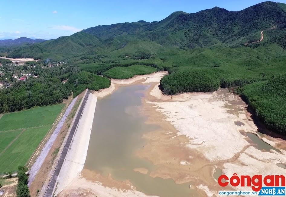 Nhiều hồ đập cạn nước về mùa khô nhưng tiềm ẩn nguy cơ mất an toàn về mùa mưa