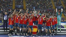 La Selección Española celebrando el título en Italia.